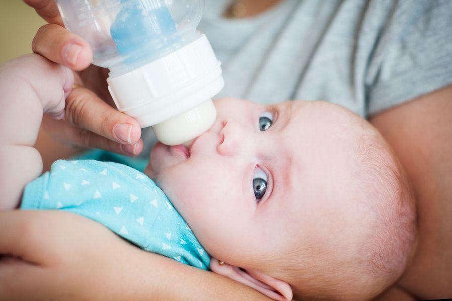 baby-van-3-weken-oud-drinkt-uit-een-fles