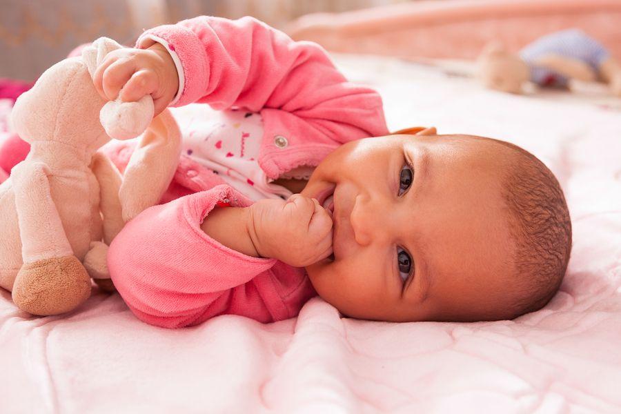 Baby van 5 weken oud lacht echt