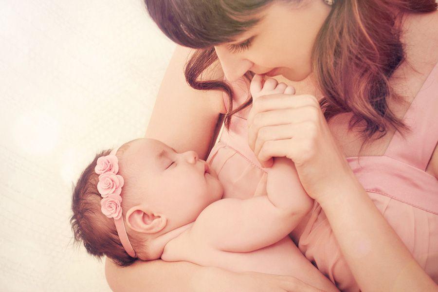 9 weken oude baby bij moeder in de armen
