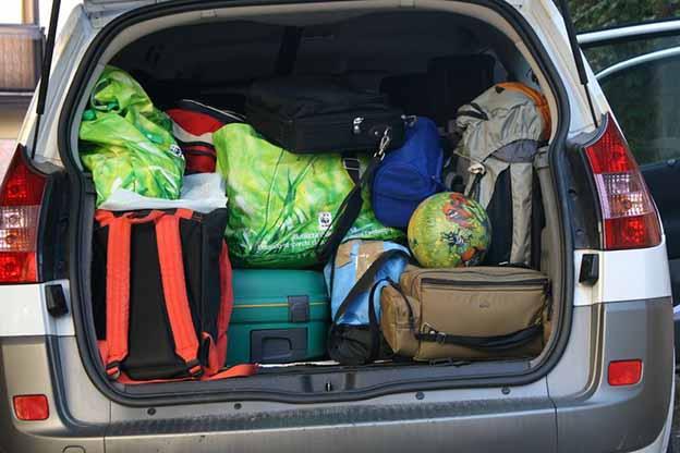 Kofferbak auto vol met bagage voor de vakantie