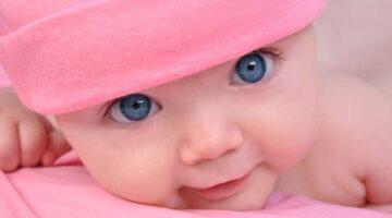Pasgeboren baby meisje met blauwe ogen