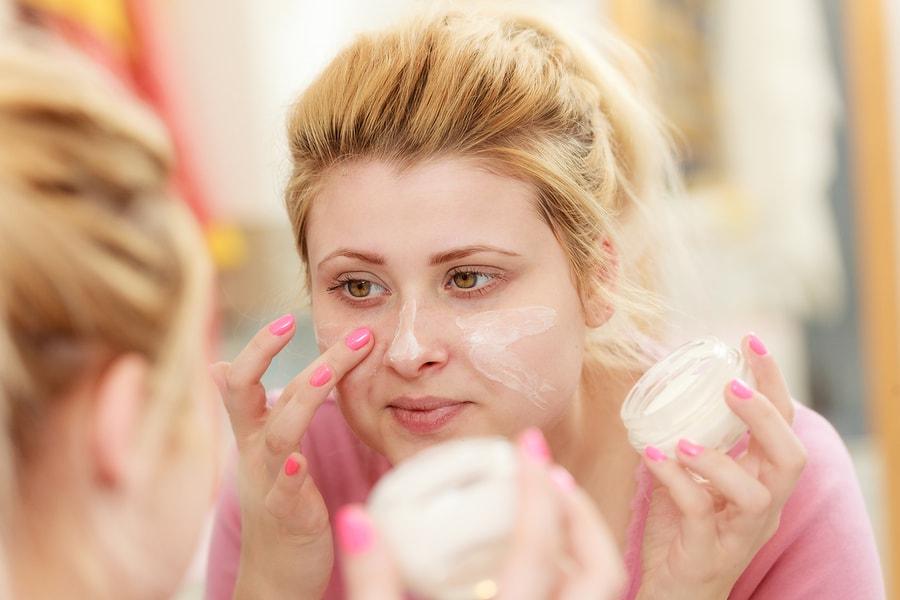 Vrouw smeert crème om Zwangerschapsmasker te voorkomen