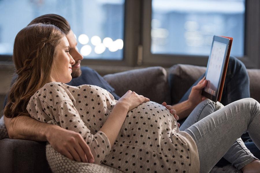 Man en vrouw bekijken samen het geboorteplan