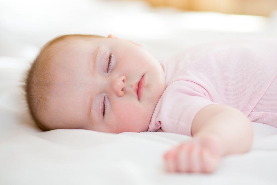 baby slaapt met voorkeurshouding
