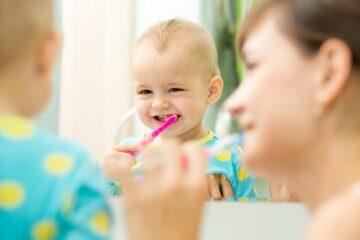moeder beschermt tandjes baby door tandenpoetsen