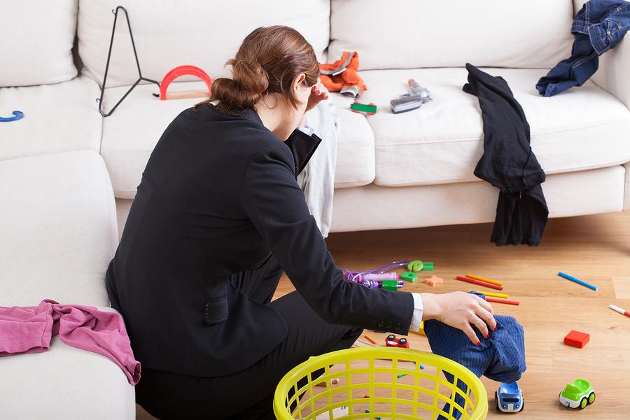 Een vrouw baalt van de troep in huis