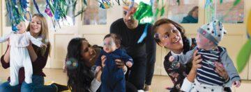 Ouders spelen met hun baby en blazen bellen