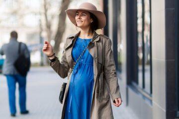 zwangere vrouw in de stad tijdens haar derde trimester