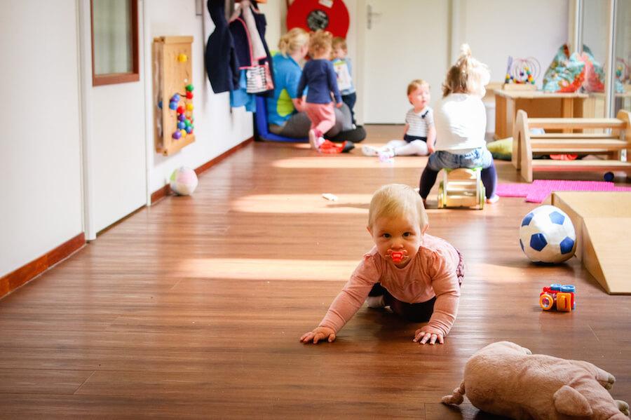 Baby speelt op gang kinderdagverblijf