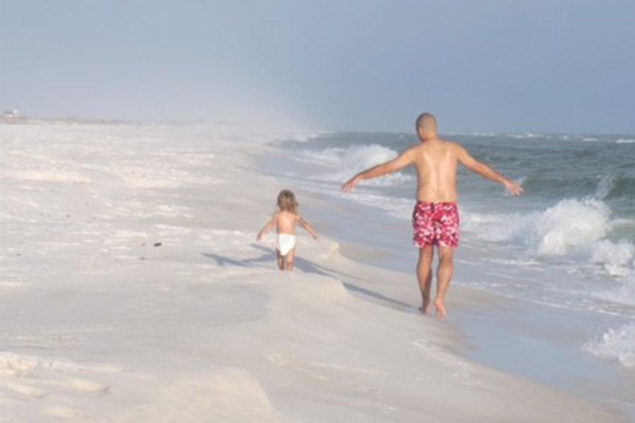 Kindje en vader spelen in water