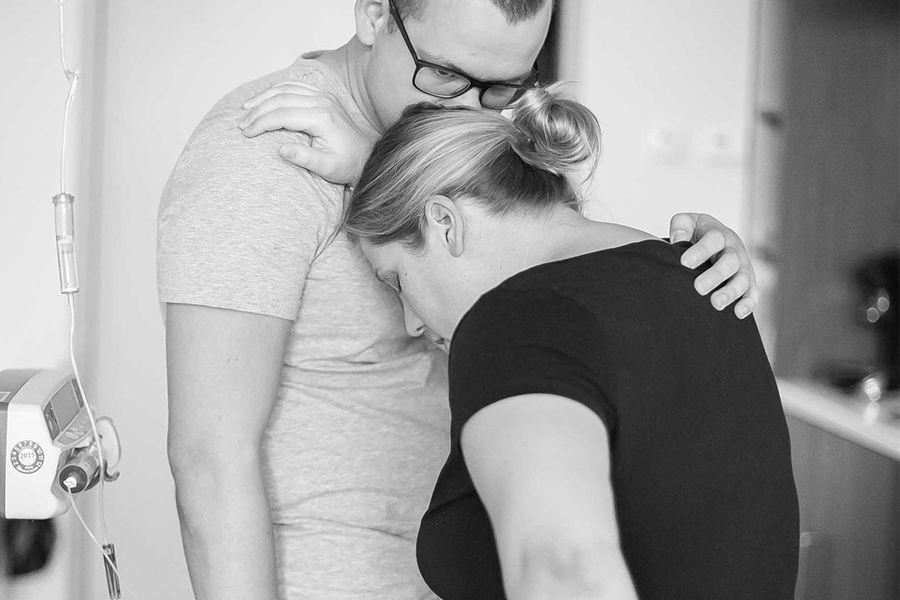 zwangere-vrouw-steunt-op-man-tijdens-weeen-