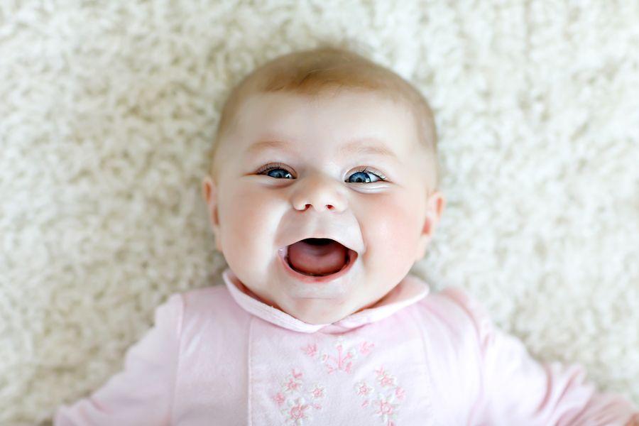 baby laat haar eerste echte glimlach zien