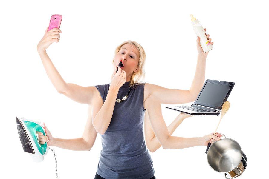 Moeder van 11 weken oude baby is aan het multitasken