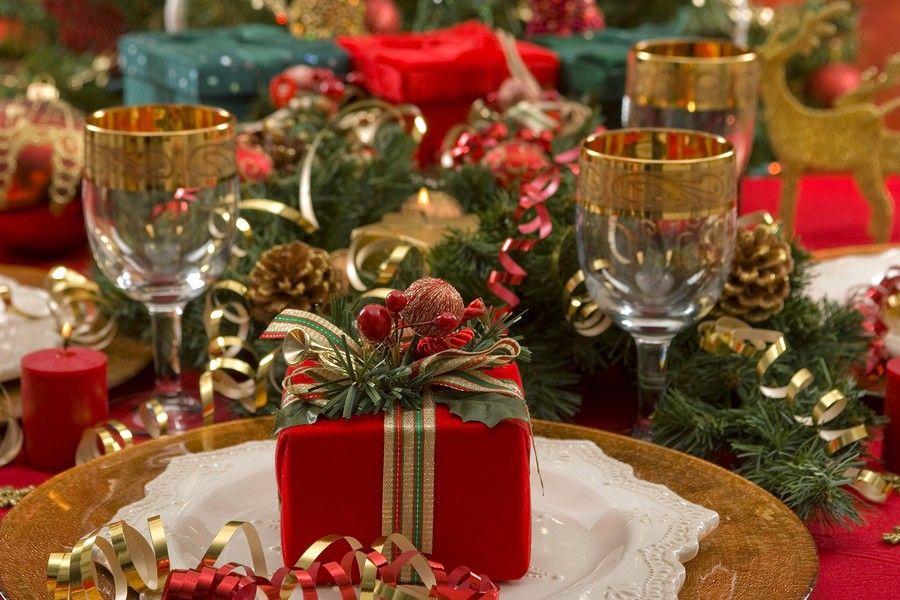 kerstpakje op gedekte tafel