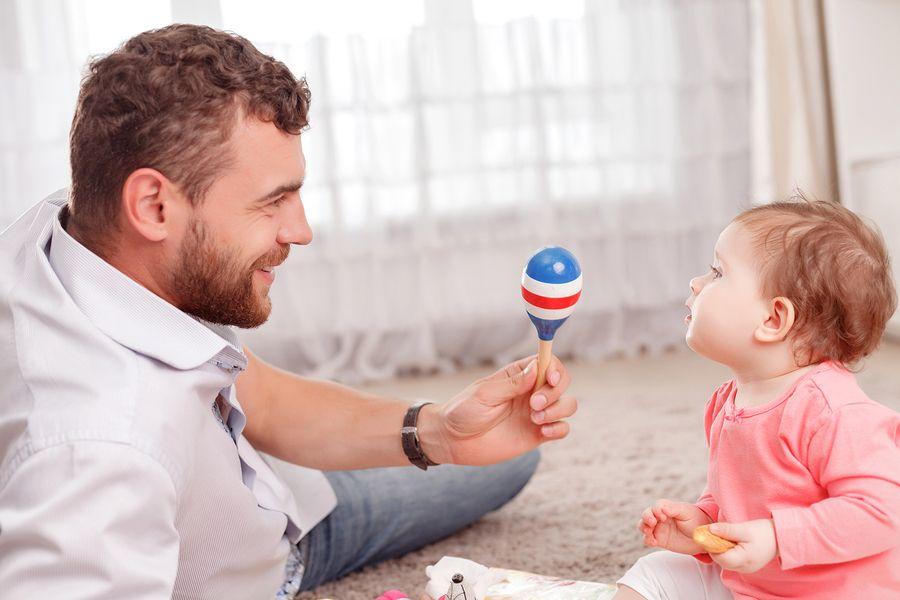 Vader geeft rammelaar aan baby van 21 weken oud