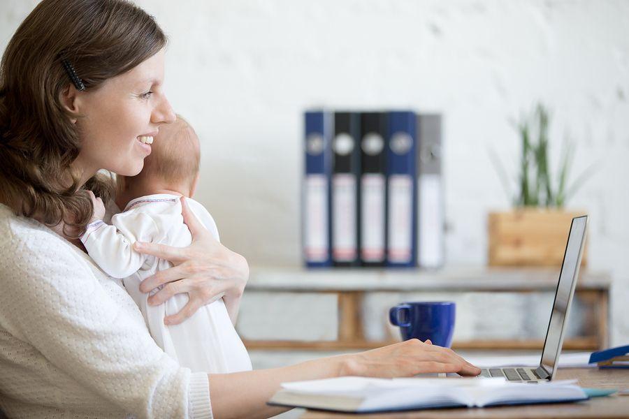 Moeder combineert borstvoeding en werk