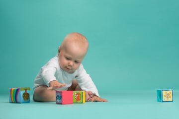 baby speelt met blokjes, evenwichtsgevoel