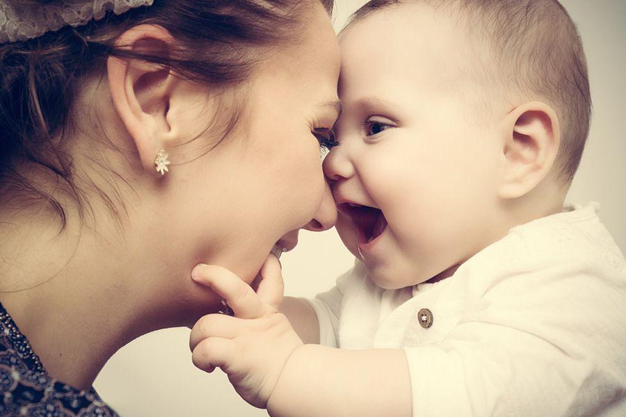 Moeder-en-baby-van-3-maanden-oud-zijn-blij-dat-ze-elkaar-weer-zien-en-lachen-met-de-hoofden-bij-elkaar