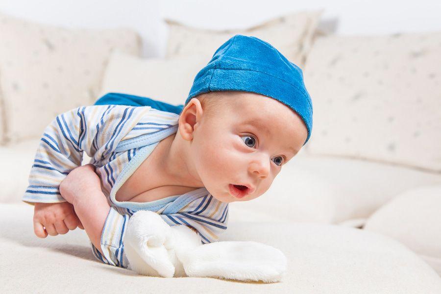 Baby van 5 maanden oud rolt om en schrikt er zelf van