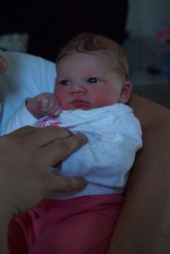 Bevallingsverhaal foto van pasgeboren Fleur dochter van Violette met Herman klein