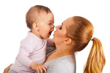 baby en mama oefenen tweede fase taalontwikkeling: klanken