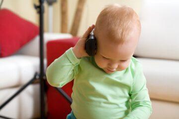 baby zegt eerste woordjes in telefoon