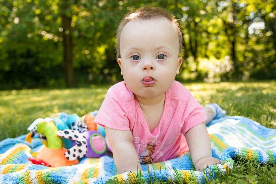 insectenbeet baby speelt op gras