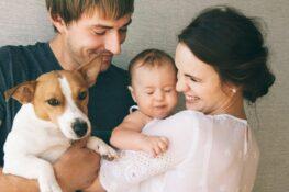 Een gelukkig gezin met baby en hond