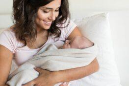 Gezonde mama houdt pasgeboren baby vast