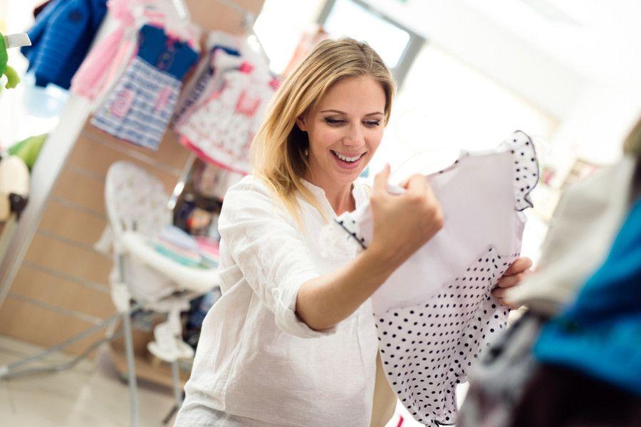 Vrouw van 23 weken zwanger is aan het shoppen voor de babyuitzet