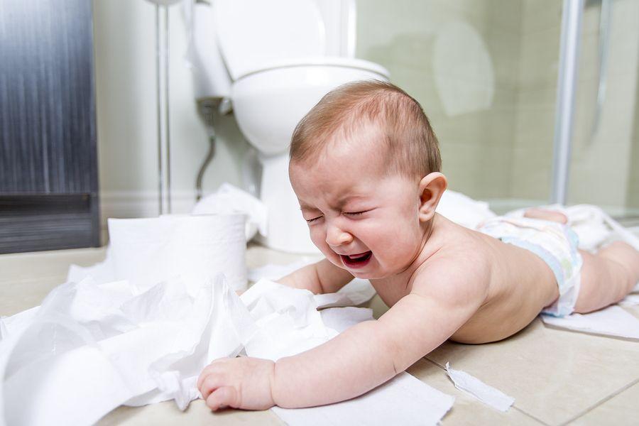 Baby van 10 maanden oud moet huilen omdat iets niet mag