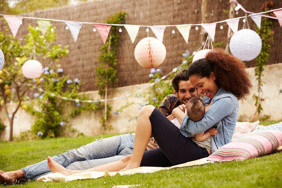 Jong gezin viert de eerste verjaardag van hun baby