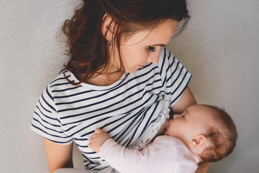 Moeder geeft borstvoeding aan baby
