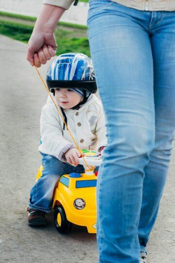 Baby voortgetrkken op loopauto