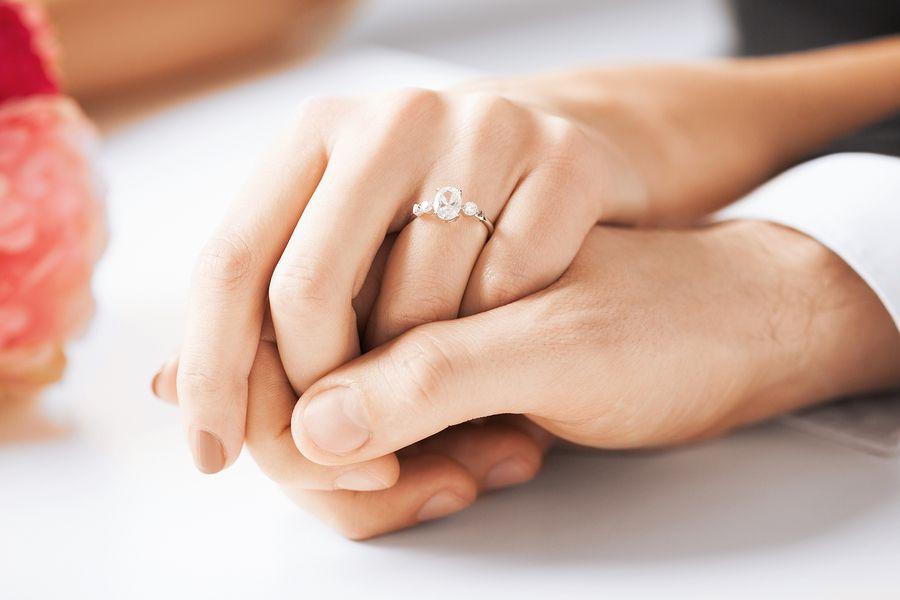 Man en vrouw zijn net getrouwd en houden elkaars hand vast