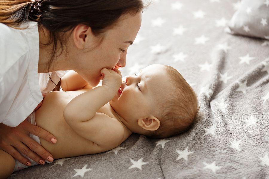 Moeder knuffelt met baby, oxytocine versterkt hun band