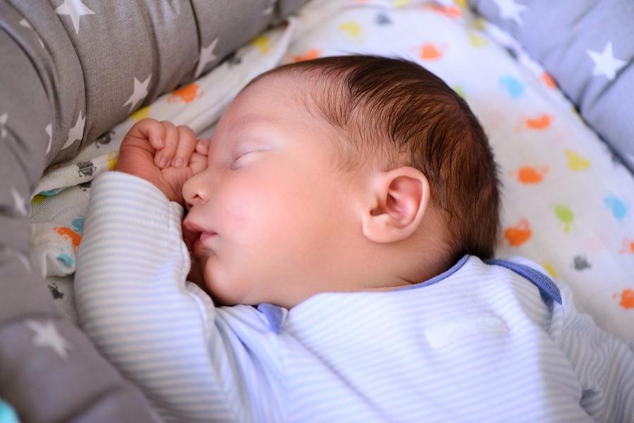 slapende baby wordt in de gaten gehouden via een babyfoon