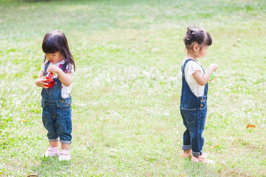 Baby van 2 maanden oud wil zijn speelgoed niet delen met andere kindjes
