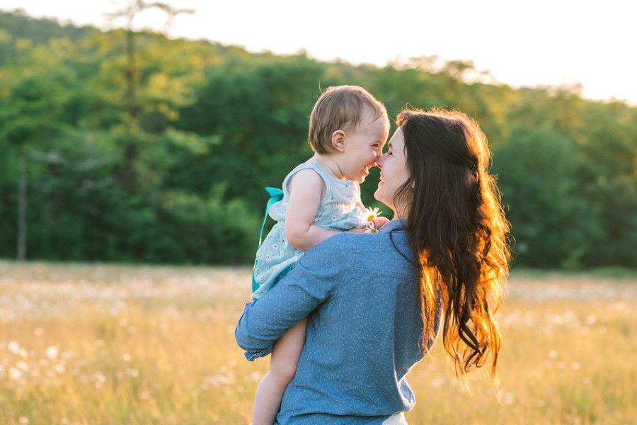 Baby van 23 maanden oud en moeder knuffelen samen