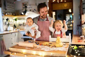 Vader maakt met zijn kinderen een kerstdiner voor zijn baby