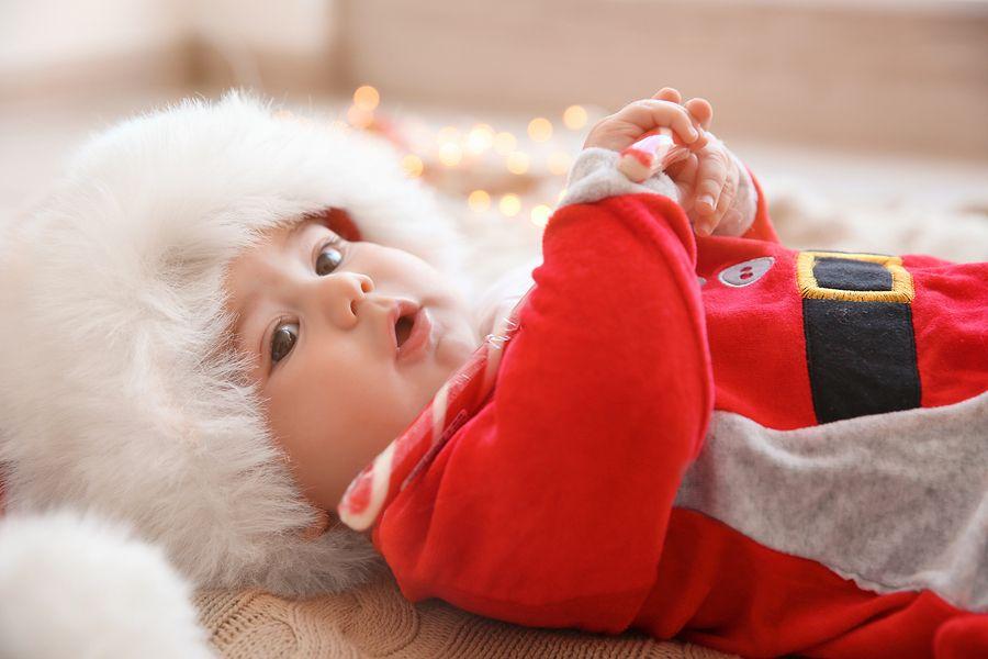 Baby heeft kerstmannenpak als kerstkleding