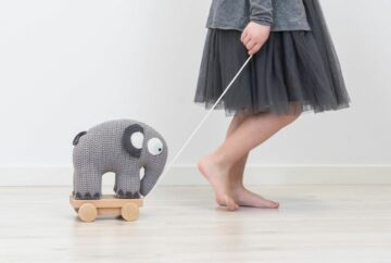 Een trekdier als speelgoed voor een baby van 1 jaar