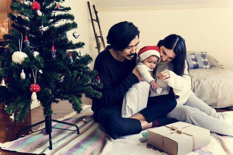 Ouders vieren de eerste kerst met hun baby