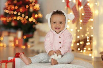 Baby draag gewone kleertjes als kerstkleding