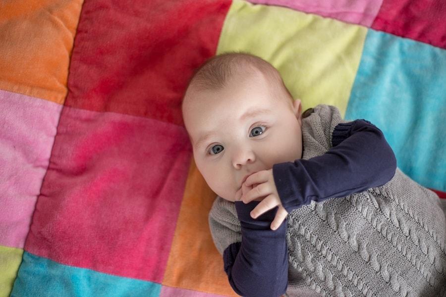 Baby ligt op boxkleed speelkleed
