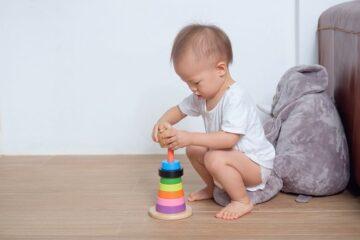houten stapeltoren als speelgoed voor baby 1 jaar