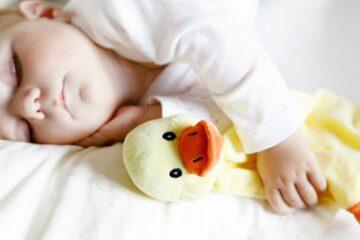 knuffels en poppen als speelgoed baby 1 jaar