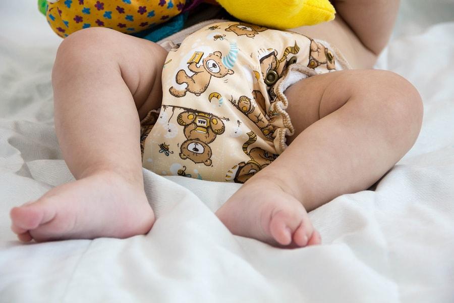 Baby draagt wasbare luiers