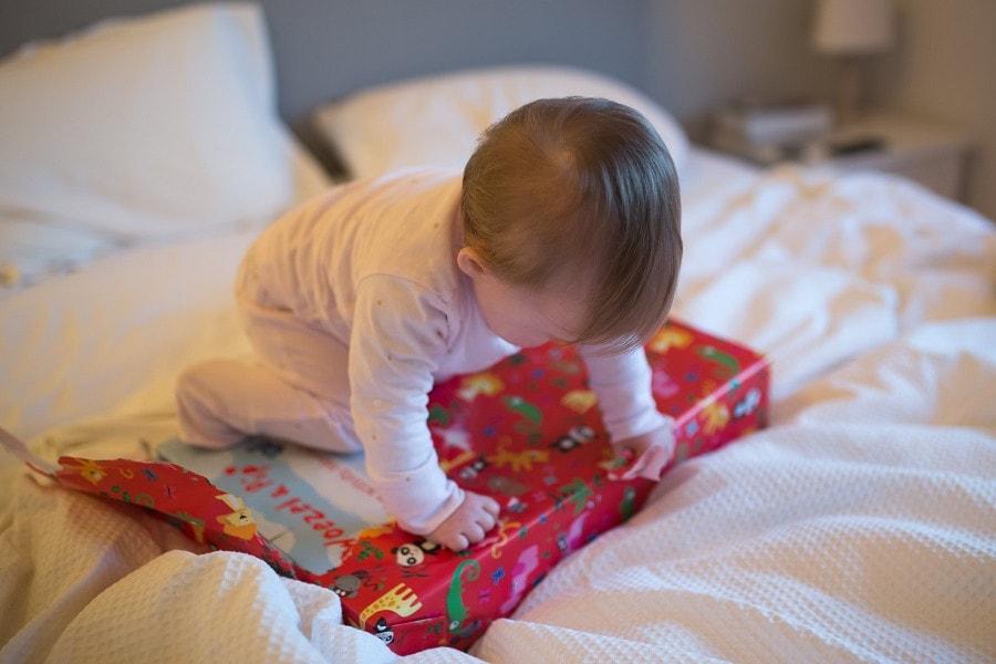 Baby pakt cadeautje uit voor eerste verjaardag