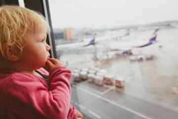 baby jetlag op het vliegveld